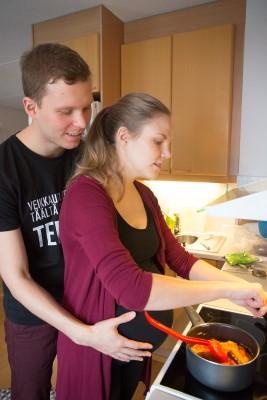 Carola ja Ville kokkaavat nepalilaista ruokaa rennolla otteella