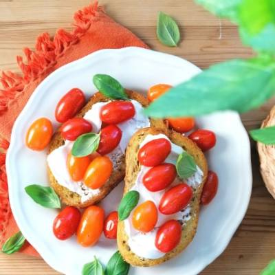 Paahdetut minitomaatit bruschetta-leipien kera