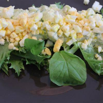 Peruna-valkosipuliaioli salaatti