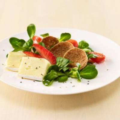 Luomubrie salaatin ja ruissipsien kera
