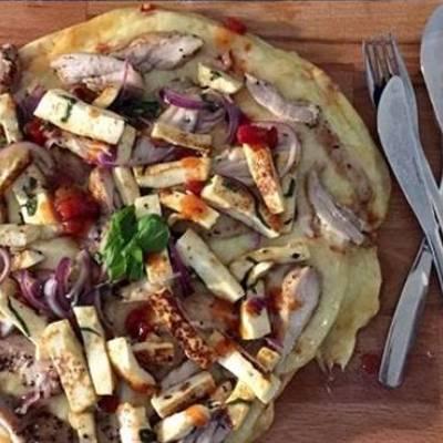 Broileri-halloumipizza grillissä
