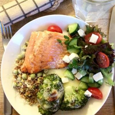 Uunilohi, keitetty parsakaali ja juustokastike