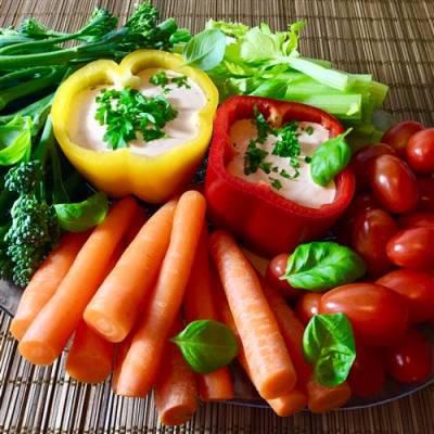 Värikkäät kasvikset ja paprikadippi
