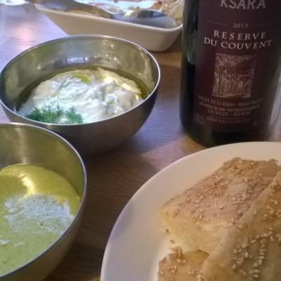 Persialainen ohutleipä, hummus, kurkku-jugurttikastike ja pistaasi-fetadippi