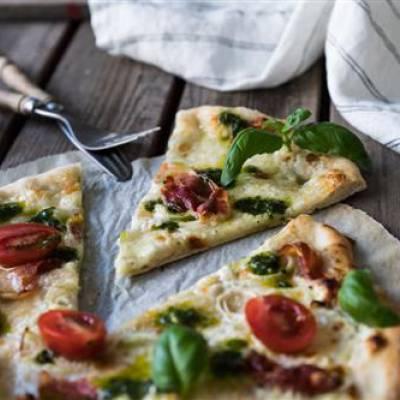 Valkoinen pizza basilikaöljyllä