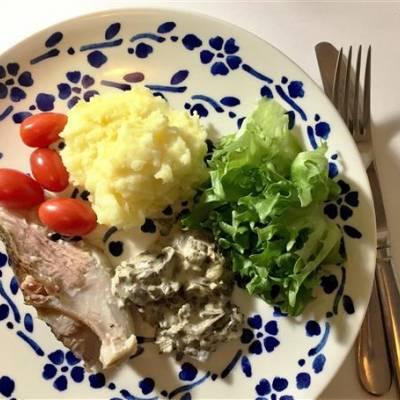Porsaan etuselkää ja suppilovahveromuhennosta