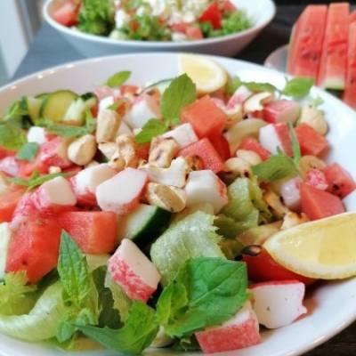 Surimi-vesimelonisalaatti