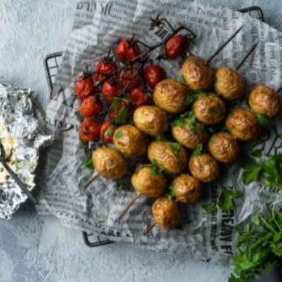 Grillifeta ja uudet perunat vartaissa