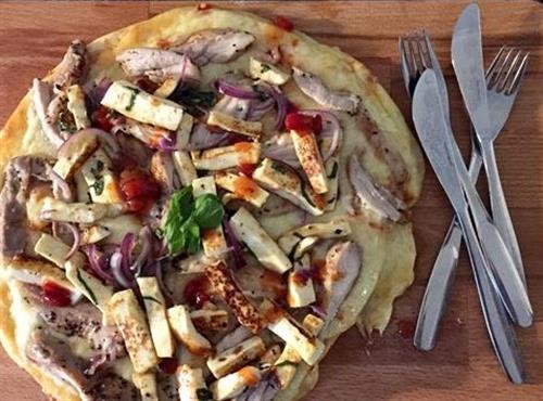 Broileri-halloumipizza valmistuu grillissäkin