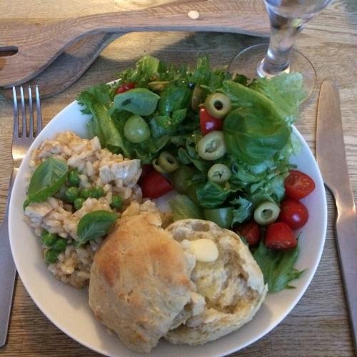 Maukas broileririsotto raikkaan salaatin kera