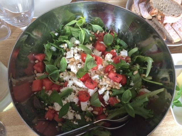 Feta-vesimelonisalaattia aurinkoisen päivän lounaalle
