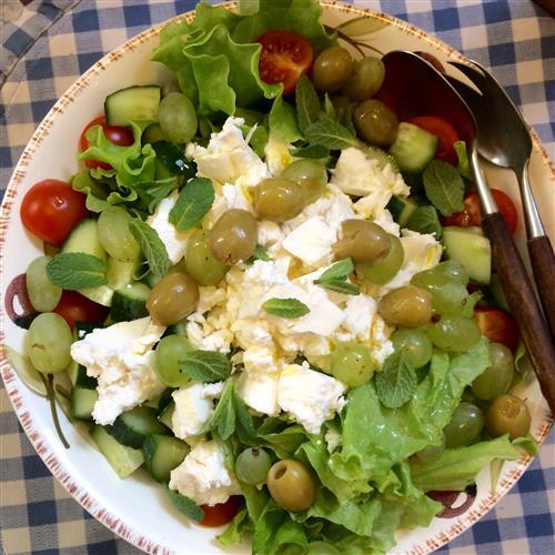 Fetasalaatti tuo kevään ruokapöytään