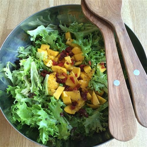 Mango-chisalaatti grilliruokien kaveriksi
