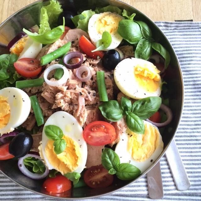 Ruokaisaa nizzansalaattia lounaalle