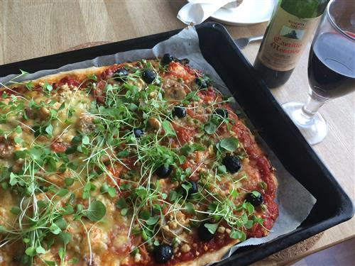 Pellillinen pizzaa erilaisilla täytteillä
