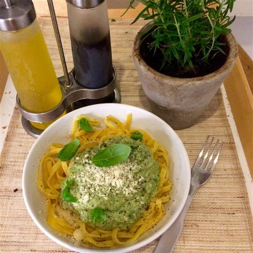 Pinaatti-avocadopasta on terveyspommi