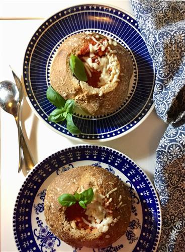 Hauska idea alkukeitoksi ja illanistujaisiin – tomaattikeitto leipäkuoressa